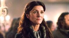 Como buena madre coraje se fue defendiendo a sus hijos. En clara desventaja aún se las apañó para matar a la mujer de Walder Frey antes de morir.