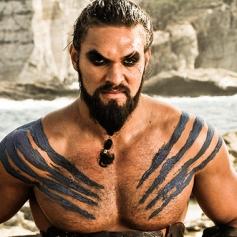 Drogo lo tenía todo: poder, el físico de Jason Momoa, un Kahlassar, un hijo en camino, el amor de su vida... Y luego llegaron los guionistas y todo se fue al garete.