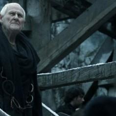 Literalmente el único personaje que ha muerto (o morirá) en Juego de Tronos debido a la edad. Era entrañable y nos dolió verle irse, pero al menos no le mataron de alguna forma horrible.