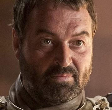 Realmente nos planteamos empezar por Joffrey. pero Meryn era un auténtico despojo humano que abusaba de niñas pequeñas. Así que verle ser apuñalado por Arya Stark hasta la muerte fue muy satisfactorio. No le echaremos de menos.