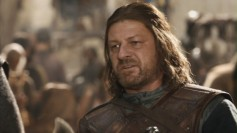 De estos casos que de bueno uno es tonto. Que lo tuvieran que ver Sansa y Arya fue malo, ver regodearse a Joffrey todavía peor. ¡Quién dicta la sentencia debe blandir la espada, Joffrey, cobarde!