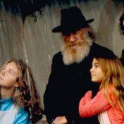 El abuelo más abuelo de todo el cine español. Un poco gruñón pero que delante de los nietos se derrite como un helado en verano.