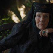 Sarcástica, muy directa y honesta, también es muy determinada y sobre todo una grandiosa abuela: ella cuida de los suyos (o los venga) aunque eso implique quitarse de en medio al monarca de turno de los Siete Reinos.