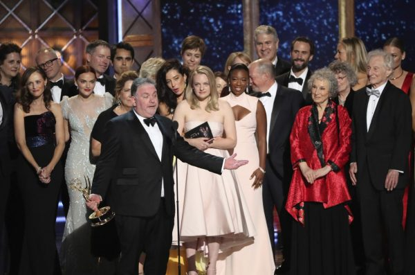 "69th Primetime Emmy Awards – Show – Los Angeles, California, U.S., 17/09/2017 - Bruce Miller with the cast and crew accept the award for Outstanding Drama Series to ""The Handmaid's Tale"". REUTERS/Mario Anzuoni"