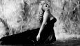 Anita Ekberg emergiendo de la Fontana Di Trevi en un vestido negro es uan de las escenas más memorables del cine. Lo que pocos saben es que La Dolce Vita fue inspirada por la moda, Fellini declaró que el sack dress que Balenciaga creó en 1957, con su silueta dramática - que se mueve como el vestido de Anita- inspiró la película.