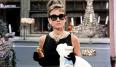 El vestido de Hepburn en Desayuno con diamantes era casi el vestido perfecto y combinado con la elegancia natural de la actriz era impensable que no pasara a la historia del cine. ¿Quién no ha querido comerse un croissant con tanto glamour como Holly?