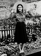 Con 16 años, antes de comenzar su carrera cinematográfica, participó como coro en el musical protagonizado por su madre, 'Irene'.