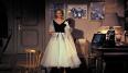 Aunque en esta película aparece como secundaria los cinco modelos que luce Kelly en la película han ayudado a conformar la imagen que se tiene de Kelly en la cultura popular: faldas con vuelo, guantes largos, perlas… Por supuesto, tenía ser Edith Head quien estuviera detrás de este maravilloso vestuario, inspirado por los revolucionarios diseños de Dior de aquellos años.
