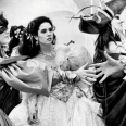 Probablemente los diseñadores Brian Fourd y Ellis Flyte se lo pasaran de lujo creando este excesivo vestido (la falda, sin contar las enaguas, tiene seis capas) que lleva Jennifer Connelly en la mítica película.