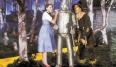 El vestido de granjera azul y blanco era inolvidable de por sí, pero los zapatos color rubí ya remataron el look. ¿Quién dijo que los complementos no son importantes? De hecho, en la novela original Dorothy llevaba unos zapatos plateados, pero los rojos del film se han convertido en uno de las prendas de vestir más recordadas del cine.
