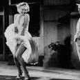 La ultra-famosa imagen de Marilyn Monroe con un vaporoso vestido de cuello halter blanco encima de las rejillas del metro se rodó originalmente en la Avenida Lexington de Manhattan, pero Monroe se olvidaba una y otra vez de sus líneas (no la juzgamos, tener a gente silbando y piropeándote alrededor no debe ser sencillo mantener un diálogo y menos recordarlo) y hubo que repetirla de nuevo esta vez en un estudio. El esfuerzo mereció la pena. La escena y el vestido pasaron a la historia del cine.