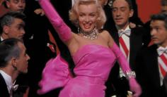 El vestido de satén rosa diseñado por William Travilla se ha convertido en un icono de la moda y el cine, lo que significa que más de una vez ha sido imitado o parodiado: desde series como Gossip Girl hasta la más conocida de todas Madonna, que llevó un diseño similar para su vídeo Material Girl.
