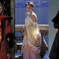 Mucho más excesiva que su hija en los cines, la Reina Amidala se marcaba todo un tour de force estilístico a lo largo de las tres entregas de la precuela de La Guerra de las Galaxias. Las películas pueden gustar más o menos, pero no se puede negar que visualmente eran una maravilla, especialmente en lo que a vestuario se refiere.