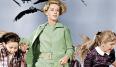 Hitchcock controló hasta el más mínimo detalle de sus películas, incluso la gama de colores de la ropa de Tippi Hedren. Especificó que la actriz tenía que llevar un vestido verde para la escena en la que le perseguían los cuervos, así que la diseñadora Edith Head creó un guardarropa en verdes y azules para su personaje en la película. El vestido a pasado de tal forma al imaginario popular que en 2009 mattel lanzó una edición limitada de Barbie vestida como el personaje de Tippi en al película.