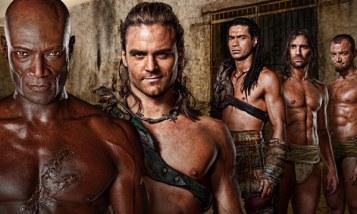 Cuando los problemas de salud de Andy Whitfield le obligaron a abandonar Spartacus, los productores de la serie tuvieron la brillante idea de congelar la historia del bravo gladiador a la espera de la recuperación de su protagonista y plantear una segunda temporada a modo de precuela, en la que se nos contaban los orígenes de la casa de Batiatus. Acertaron, pues resultó ser una de las tandas de episodios que mejor sabor de boca nos dejaron. Tras la trágica muerte de Whitfield, la serie lo sustituyó fichando a Ian McIntyre con el que se cerró la historia dos años después tal y como estaba previsto.