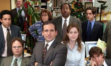 La marcha de Steve Carell de The Office parecía impensable. Su personaje, Michael Scott, era la chispa de la serie, ese jefe infantil, egoísta e insoportable que prendía la mecha de las tramas semana tras semana, por lo que la comedia tuvo que esforzarse al máximo para reponerse a su salida. The Office continuó dos temporadas más gracias a un elenco que a esas alturas ya tenía a los espectadores en el bolsillo. Además, actores de renombre como Will Ferrell o James Spader fueron invitados a la serie para inyectar una buena dosis de excentricidad a los guiones.
