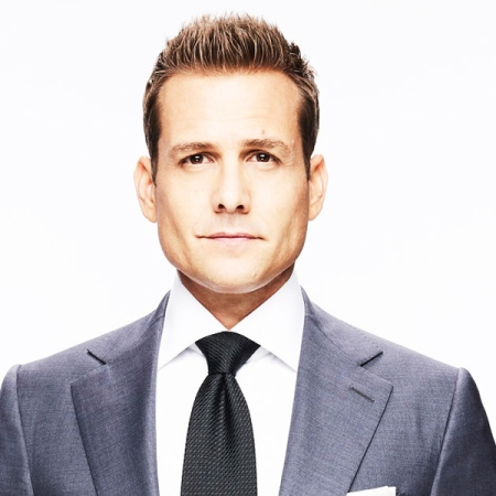 Gabriel Macht como Harvey Specter en la serie Suits