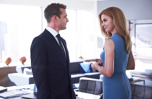 Gabriel Macht y Sarah Rafferty como Harvey Specter y Donna Paulsen en Suits