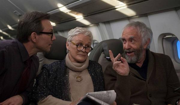 Glenn Close y Jonathan Pryce, junto a Christian Slater en una escena de la película La buena esposa