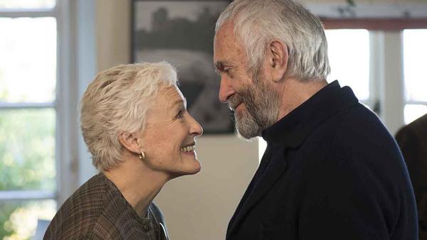Glenn Close y Jonathan Pryce en una escena de la película La buena esposa