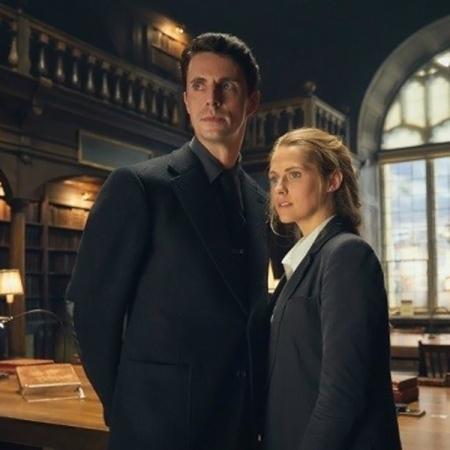 Matthew Goode y Teresa Palmer interpretan a Matthew Clairmont y Diana Bishop en la serie El descubrimiento de las brujas.